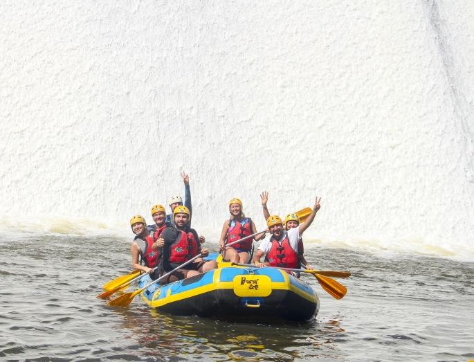 Prontos no bote para o rafting em Três Coroas, em frente à Barragem das Laranjeiras