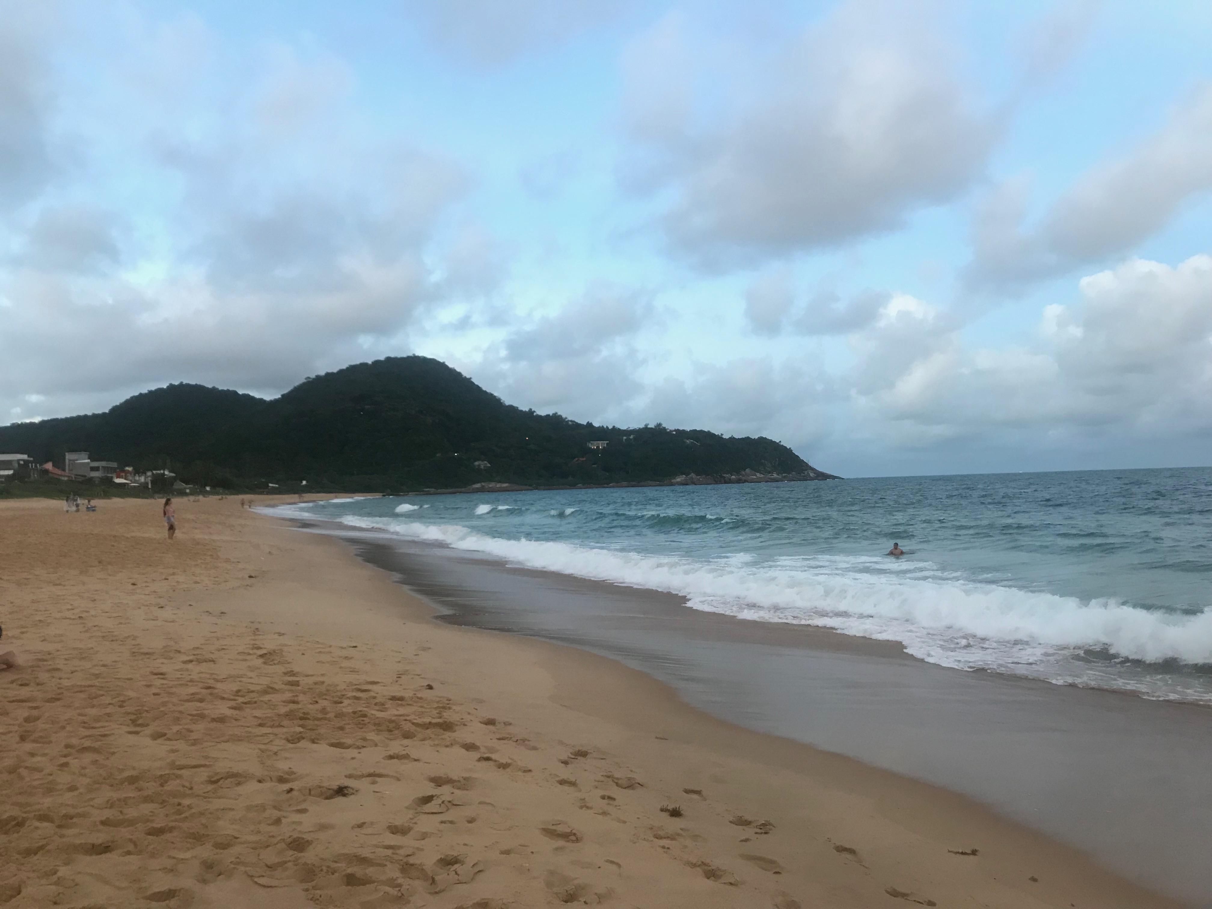 Beira da Praia do Estaleirinho, em Balneário Camboriú