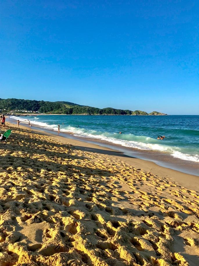Beira da Praia do Estaleiro, em Balneário Camboriú
