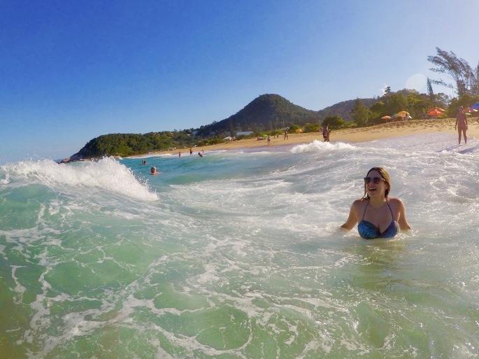 Mar agitado na Praia do Estaleiro, em Balneário Camboriú